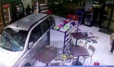 Vehículo termina dentro de un supermercado en Chile