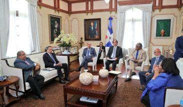 Presidente Medina sostiene reunión con funcionarios del sector salud
