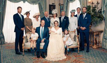 Duques de Cambridge posan por primera vez fotos oficiales del bautizo del príncipe Louis