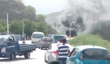 Protestan por apagones en Barahona; obstaculizan vías