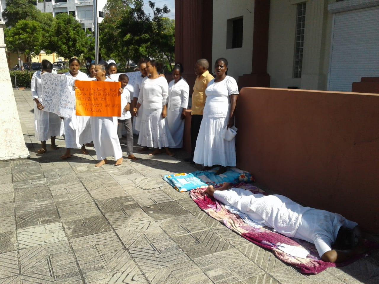 Mujeres montan vigilia frente al Palacio Nacional