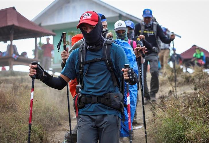 Indonesia evacúa más de 540 montañeros atrapados en volcán Rianjani