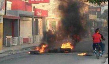 Queman neumáticos por apagones en Barahona