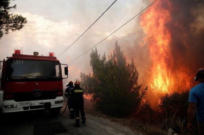 El Gobierno griego confirma ya 20 muertos en los incendios que rodean Atenas