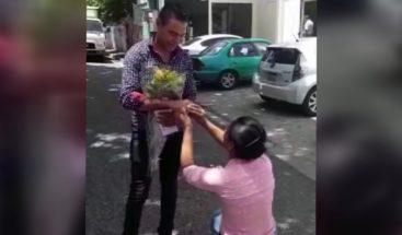 ¡Propuesta poco común! Joven le pide matrimonio a su novio