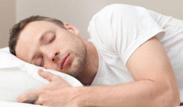 Dormir de lado es lo mejor para tu salud, según los expertos