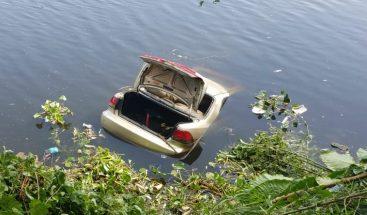 Hombre sale ileso tras precipitarse en su carro al río Ozama