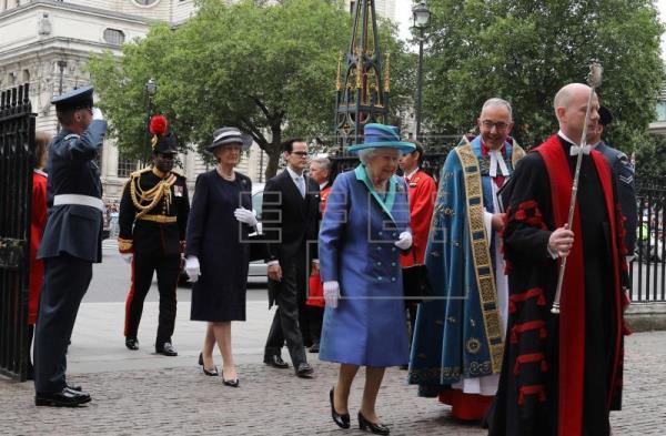La reina Isabel asiste a la celebración del centenario de la RAF