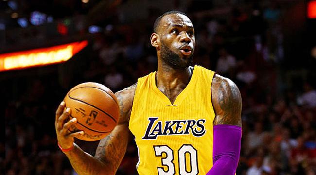 LeBron James asiste a partido de la Liga de Verano de los Lakers