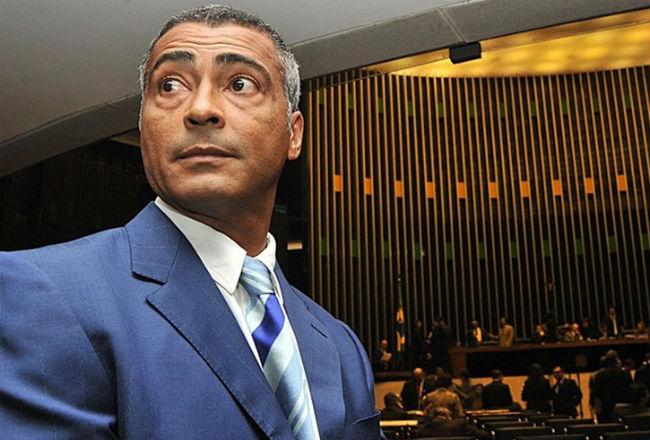 Le embargan dos autos de lujo y un yate al exfutbolista y actual senador Romario por deudas