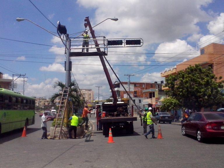 INTRANT: reparación de semáforos afectados por tormenta Beryl avanza más de 50%