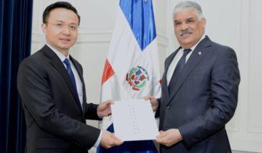 Canciller Miguel Vargas recibe cartas credenciales de embajador de China