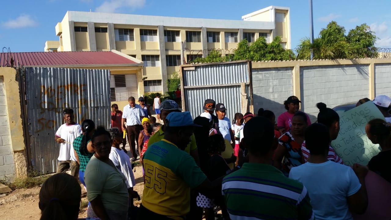 Paralizan tránsito en demanda terminen escuela en Villa Hermosa
