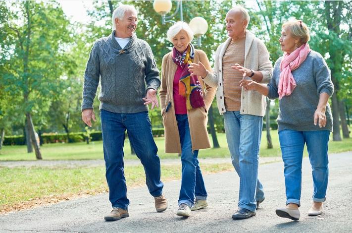 Sentirse más joven ayuda a salud y destreza mental entre adultos mayores