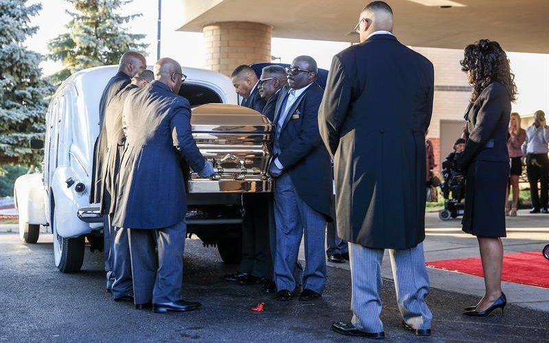 Aretha Franklin se despide con un vestido dorado y en un Cadillac blanco
