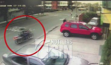 Atracadores terminan siendo atropellados por conductor para evitar robo