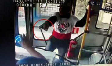 Ladrón asalta a punta de pistola en un autobús en Ecuador
