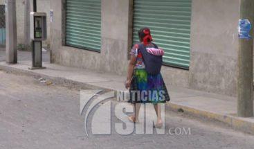 Mujeres caminan hasta 4 kilometros cargadas de tortillas en México