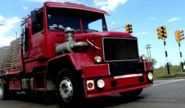 Se salva milagrosamente de morir aplastado por camión fuera de control