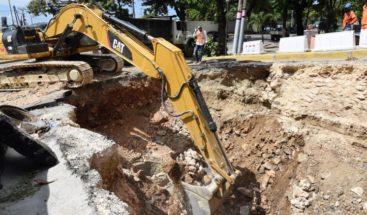 MOPC inicia trabajos reconstrucción tramo dañado en calle Meriño
