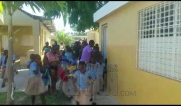 Niños salen corriendo de escuela, tras caer bombas lacrimógenas