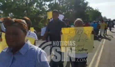 Marchan en Montecristi en reclamo de construcción de acueducto