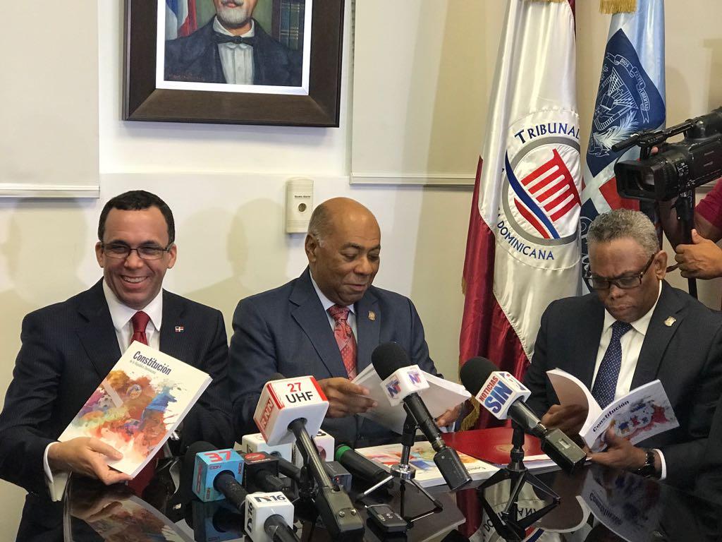TC entrega al MINERD versión escolar de la Constitución