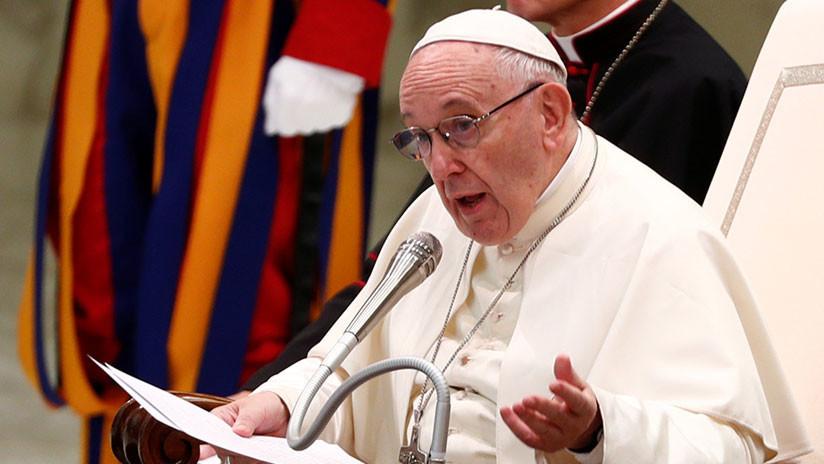 El papa Francisco pide que nunca se insulte a los padres