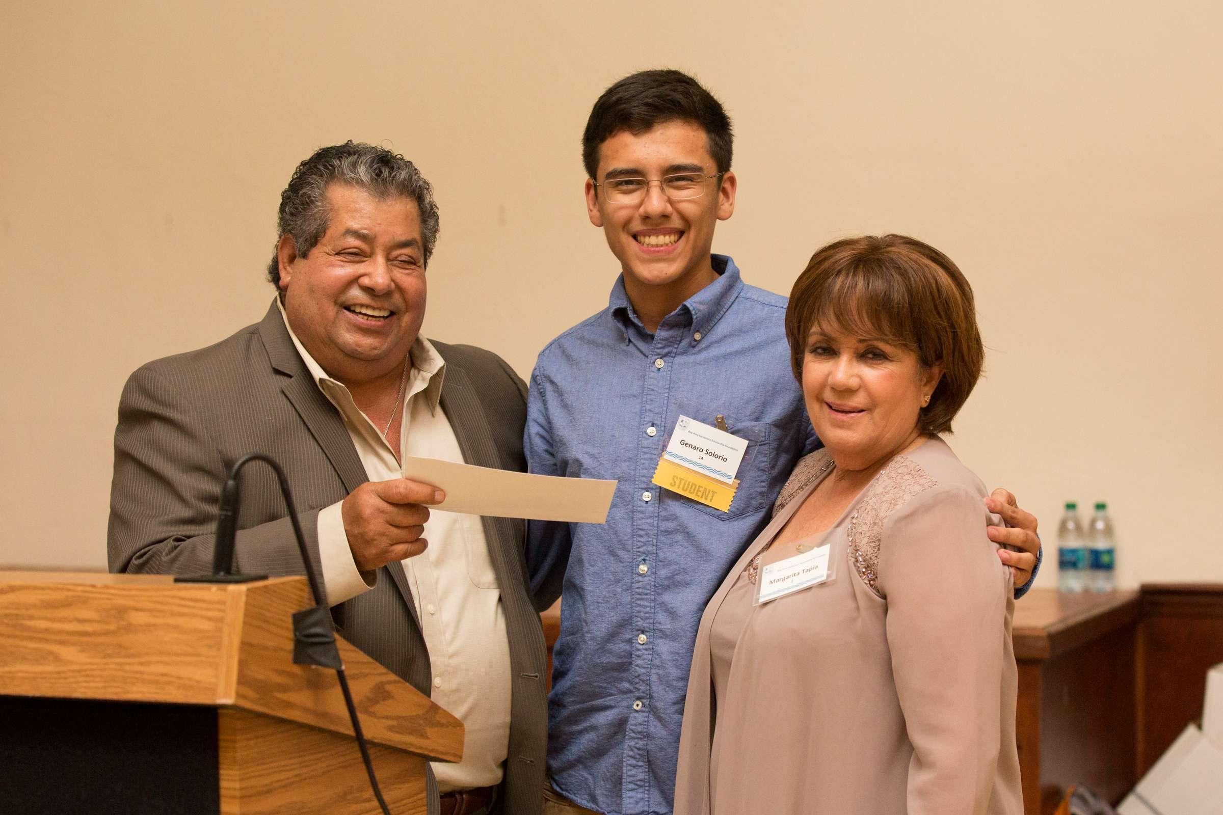 Jardinero mexicano ayuda con becas a decenas de estudiantes en EEUU