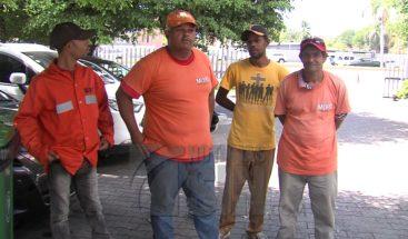 Jornaleros exigen pago a Obras Públicas