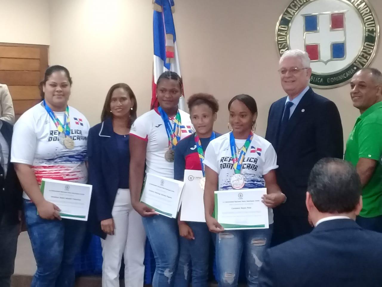 Entregan reconocimientos a atletas que jugaron en Barranquilla