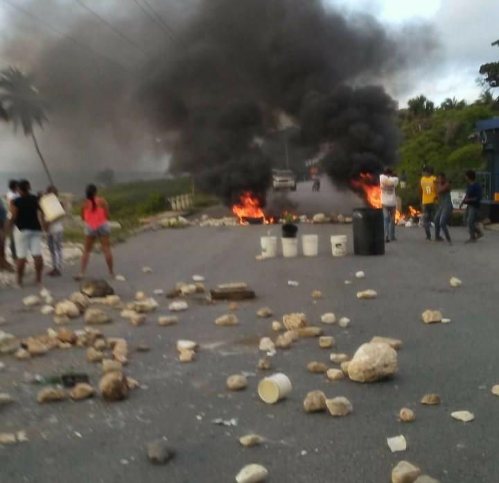 Protestan en Bahoruco en reclamo del arreglo de las calles