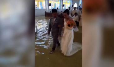 Una pareja se casa en una iglesia inundada por fuertes lluvias