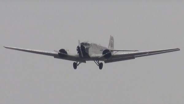 Mueren 20 personas al estrellarse avión militar antiguo en Suiza
