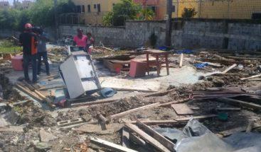 Miembros de la PN desaloja más de 50 familias en Villa Mella