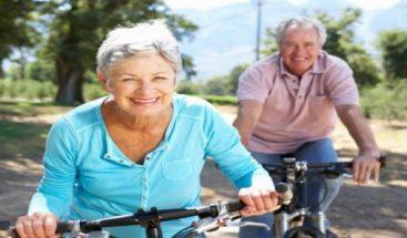 Actitud positiva, ejercicio y buena alimentación garantizan vejez feliz