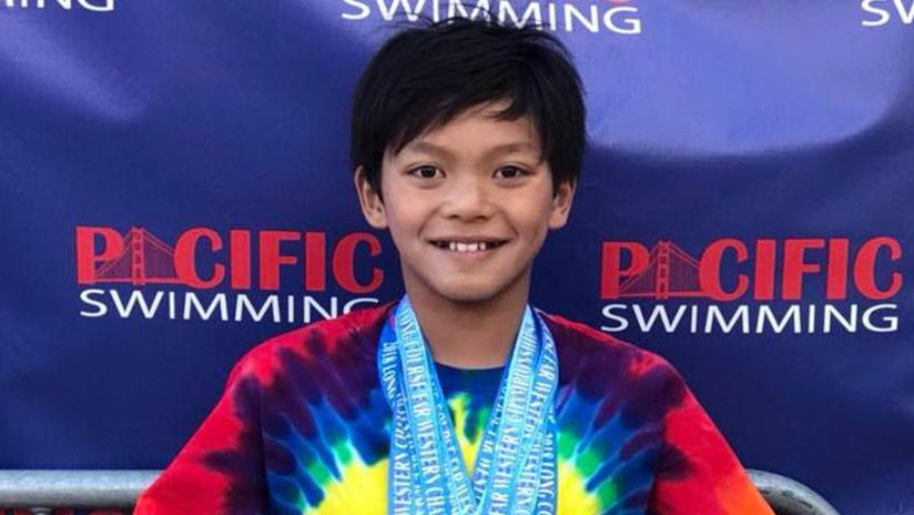 Un niño de 10 años bate un récord de natación de Phelps
