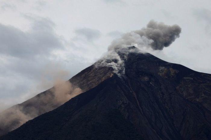 Volcán de Fuego de Guatemala mantiene cinco explosiones por hora
