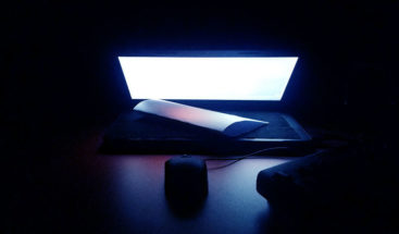 Luz azul de los dispositivos digitales puede acelerar la ceguera