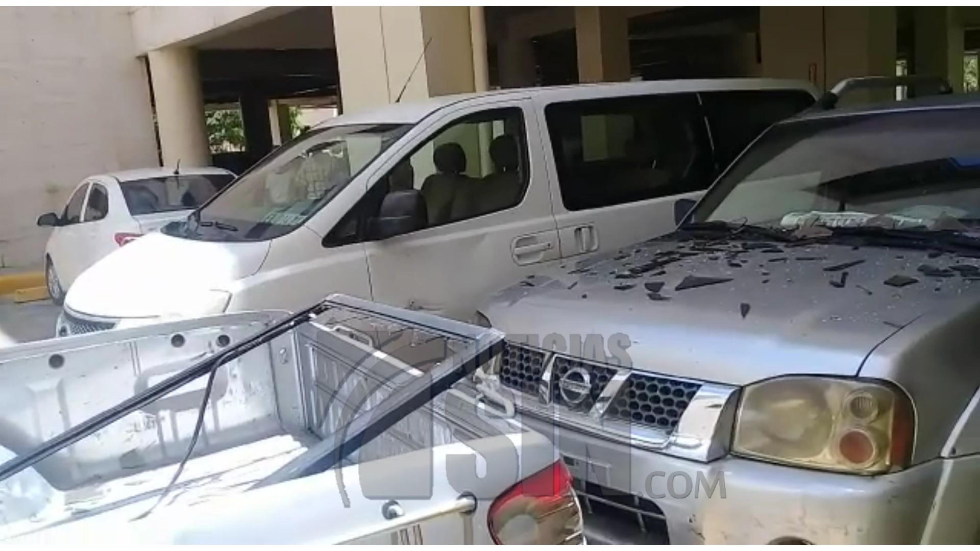 Cae ventanilla desde el segundo piso del Senado e impacta 2 vehículos