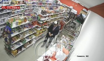 Viste de corbata, pero no sale a trabajar sino a robar con dos cómplices