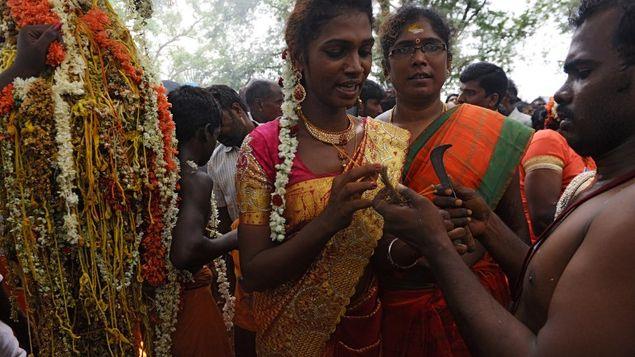 Transexuales se engalanan y rezan por llegada de la lluvia en la India