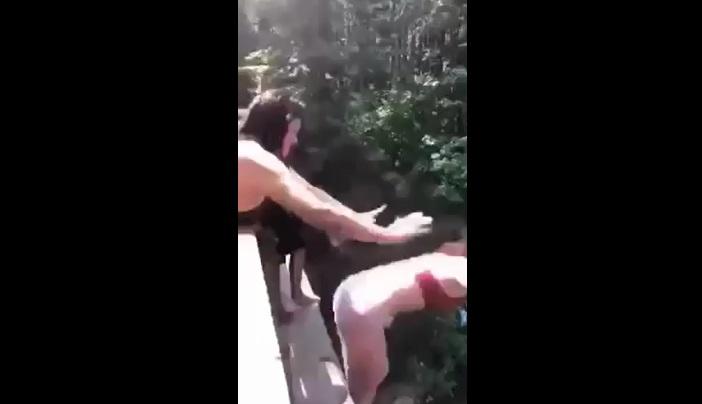 Presentan cargos a joven que empujó amiga de puente de 20 metros