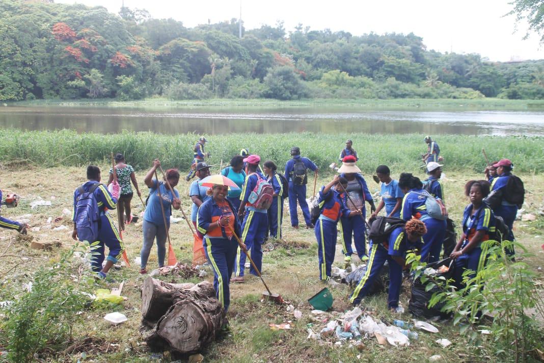 Collado encabeza operativo de limpieza en ríos Ozama e Isabela