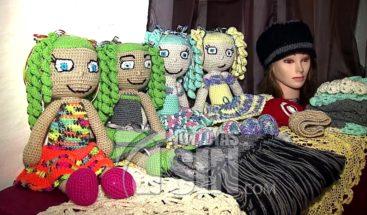 Artesana elabora muñecas solo con una aguja en Puerto Rico