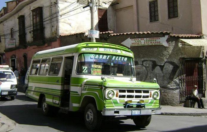 Microbús embiste y mata a 7 personas que danzaban en la calle en Bolivia