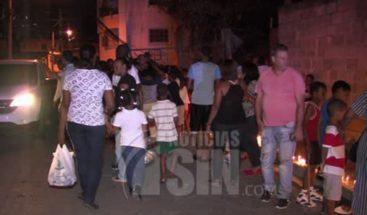 Residentes en Los Ríos encienden velas frente a escuela para terminación