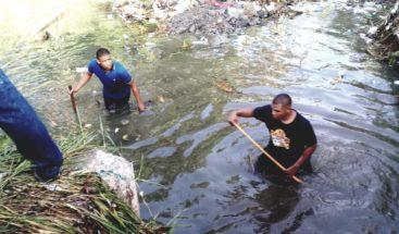 Buscan menor desaparecido cuando se bañaba en cañada en Los Alcarrizos