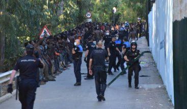 Inmigrantes saltan la valla fronteriza de España con Marruecos