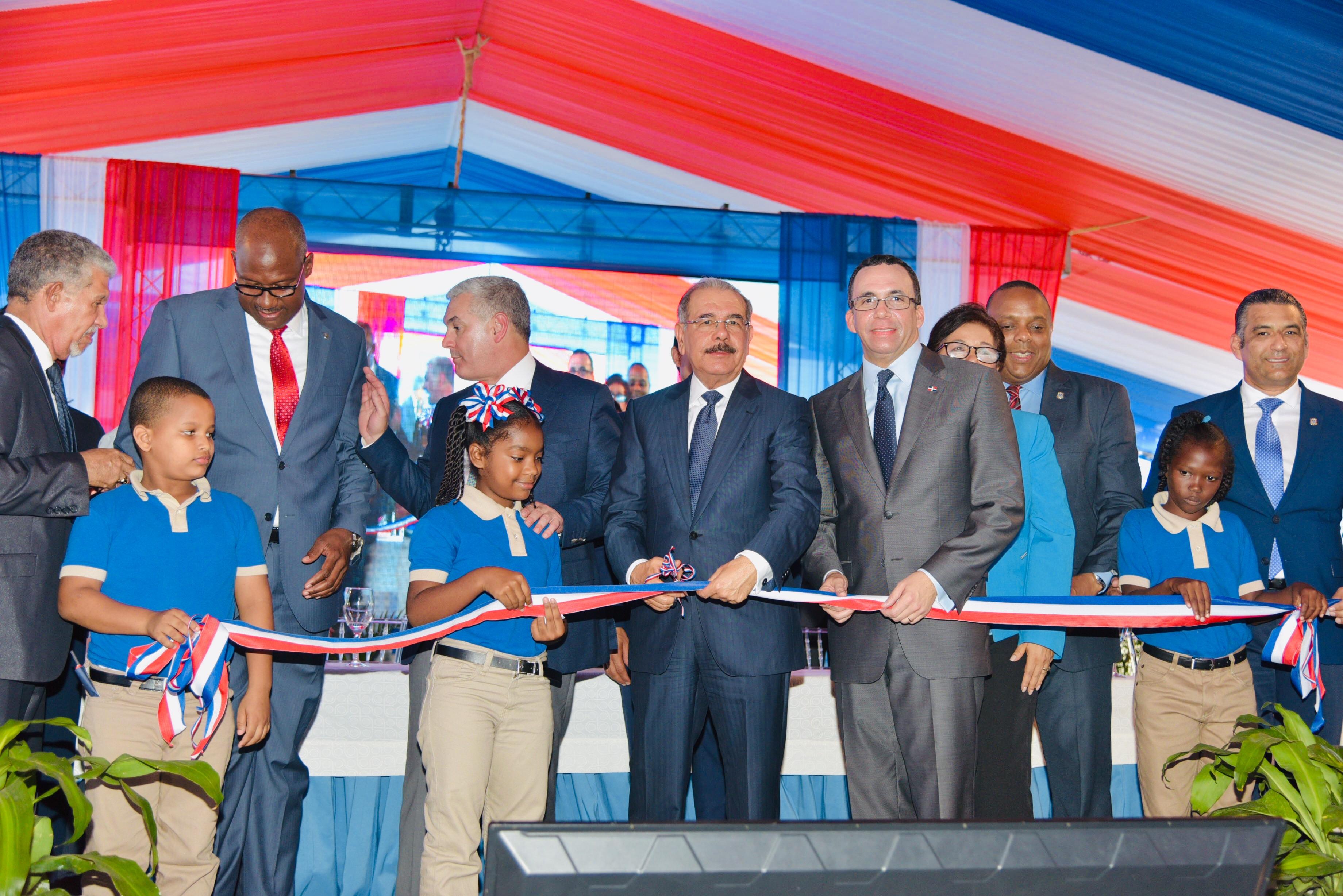 Presidente Medina inaugura escuela en Santo Domingo Este
